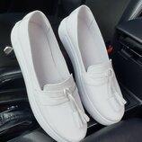 Женские белые натуральные кожаные туфли лоферы мокасины на белой подошве из кожи натуральная кожа