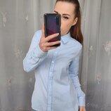 Красивая однотонная голубая рубашка