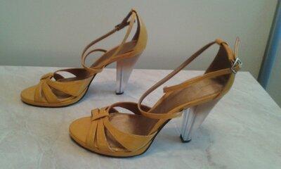 Продано: Босоножки женские кожаные фирмы Carvela стелька 24,5см