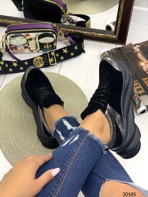 Женские натуральные замшевые чёрные кроссовки с серебряными вставками на высокой подошве