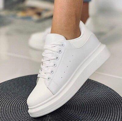 Стильные базовые кроссовки кеды