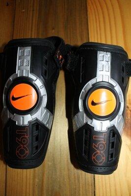 M разм. Nike Футбольные щитки рост 130 - 140 см. высота 16 см., глубина вверху 10,5 см., глубина низ