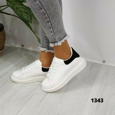Белые кроссовки с чёрной пяткой. Белые женские кроссовки на шнурках с чёрной пяткой