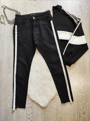 Черные мужские джинсы скинни с белыми полосами сбоку лампасами по бокам кроп укороченные Зара