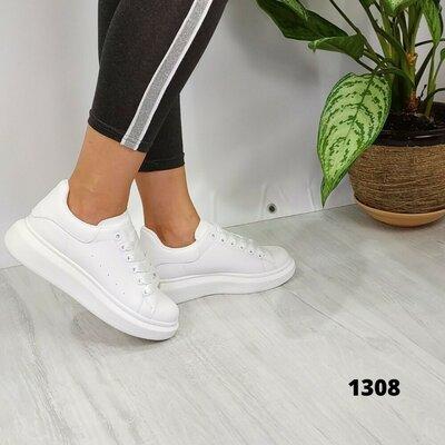 Белые женские кроссовки. Белые кроссовки на шнурках