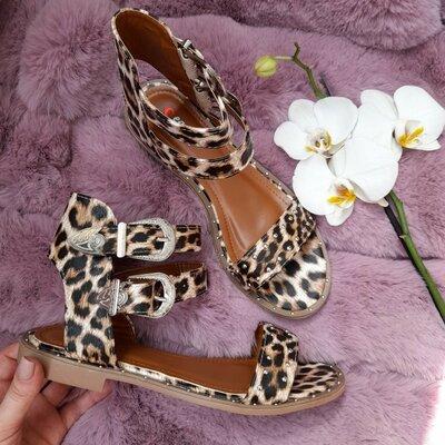 Стильные леопардовые босоножки по скидке