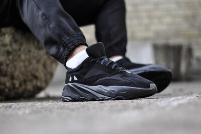 Adidas yeezy 700 Triple Black