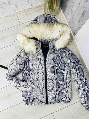 Куртка в модном змеином принте