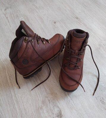 Фирменные,кожаные ботинки лёгкие.
