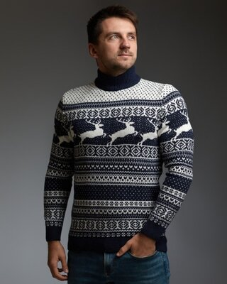 Мужской свитер с оленями сине-белый с прямой горловиной
