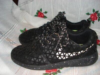 Кроссовки черного цвета в крапинку и квадраты nike р.41,стелька-26см.
