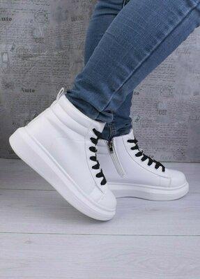 Продано: Женские зимние кроссовки с черной шнуровкой 63341