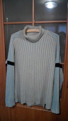 Мужской свитер под горло.