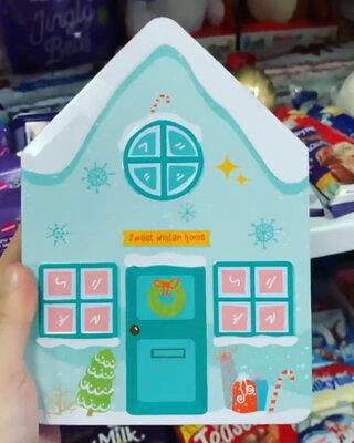 Жестяная коробка в форме домика внутри с пряничными человечками с разноцветной присыпкой