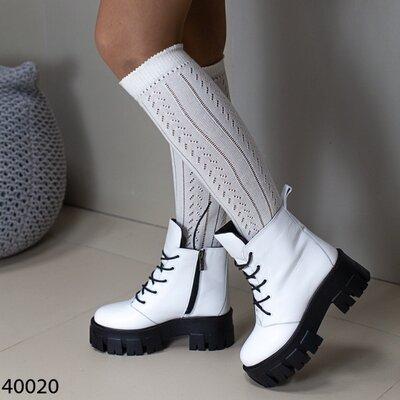 Женские натуральные кожаные демисезонные чёрные белые ботинки на шнуровке на тракторной подошве