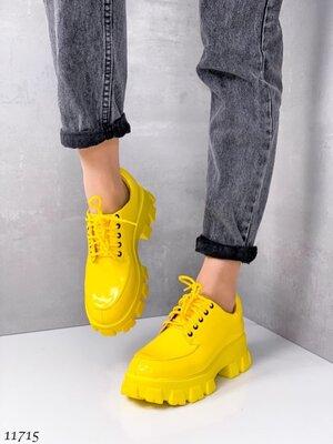 Женские бежевые чёрные белые жёлтые туфли ботинки на шнуровке на тракторной подошве