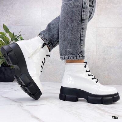 Женские демисезонные чёрные белые лакированные ботинки на шнуровке на тракторной подошве