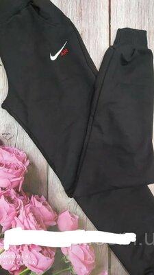 Штани спортивні жіночі стильні, високої якості, з кишенями, на манжеті, з модним принтом.