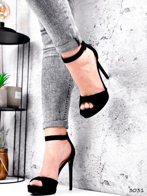Женские чёрные пудровые босоножки на ремешке на каблуке шпильке