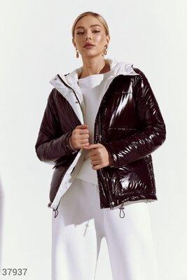 Стьобана куртка з контрастним підкладом.