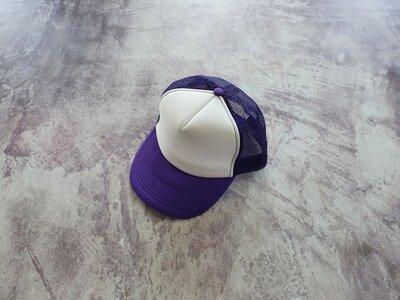 Фиолетовая кепка тракер с белой лобной частью