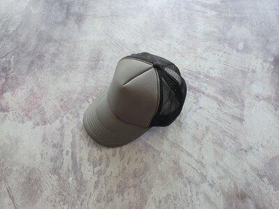 Серо-Черная кепка тракер