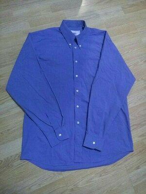 Голубая однотонная мужская рубашка.