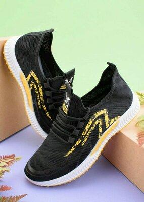Мужские черные кроссовки с желтой вставкой
