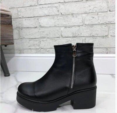 Ботинки женские демисезонные из натуральной кожи черного цвета на низком каблуку