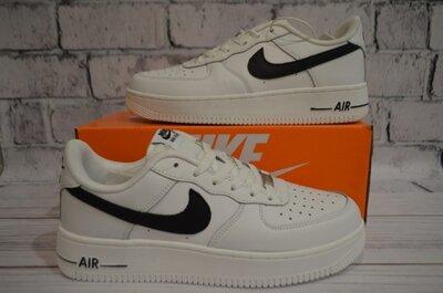 Кроссовки Nike белые.