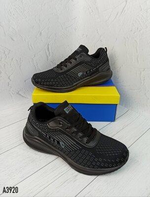 Чоловічі чорні кросівки.