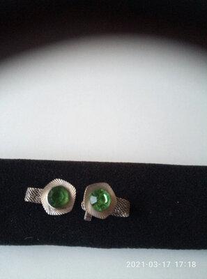 Запонки с зеленым камнем в серебряном цвете.