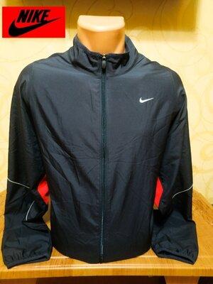 Стильная качественная ветровка известного американского бренда Nike.