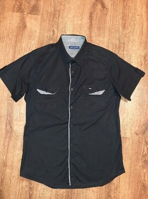Черная рубашка Hilfiger c коротким рукавом.