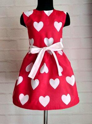 Красное платье с принтом сердца и белым поясом. хлопок. 110-146рр