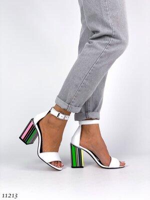Женские натуральные кожаные бежевые белые босоножки на ремешке на разноцветном каблуке
