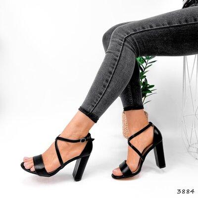 Женские чёрные пудровые босоножки на ремешке на устойчивом каблуке