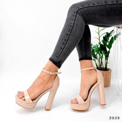 Женские бежевые лакированные босоножки на ремешке на устойчивом каблуке