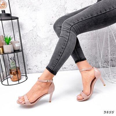 Женские пудровые лакированные босоножки на ремешке на каблуке шпильке