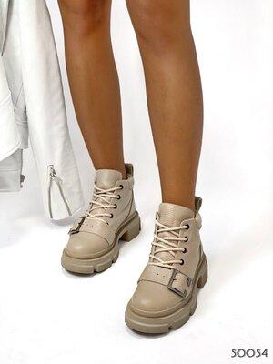 Женские натуральные замшевые кожаные бежевые чёрные ботинки на ремешке на шнуровке на низком ходу
