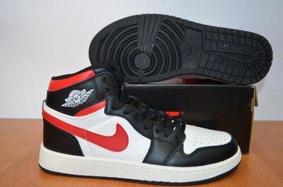 Высокие кроссовки Nike Jordan.