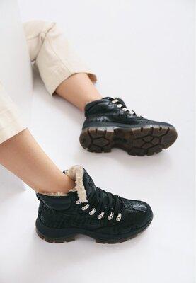 Зимние черные женские ботинки с текстовым принтом